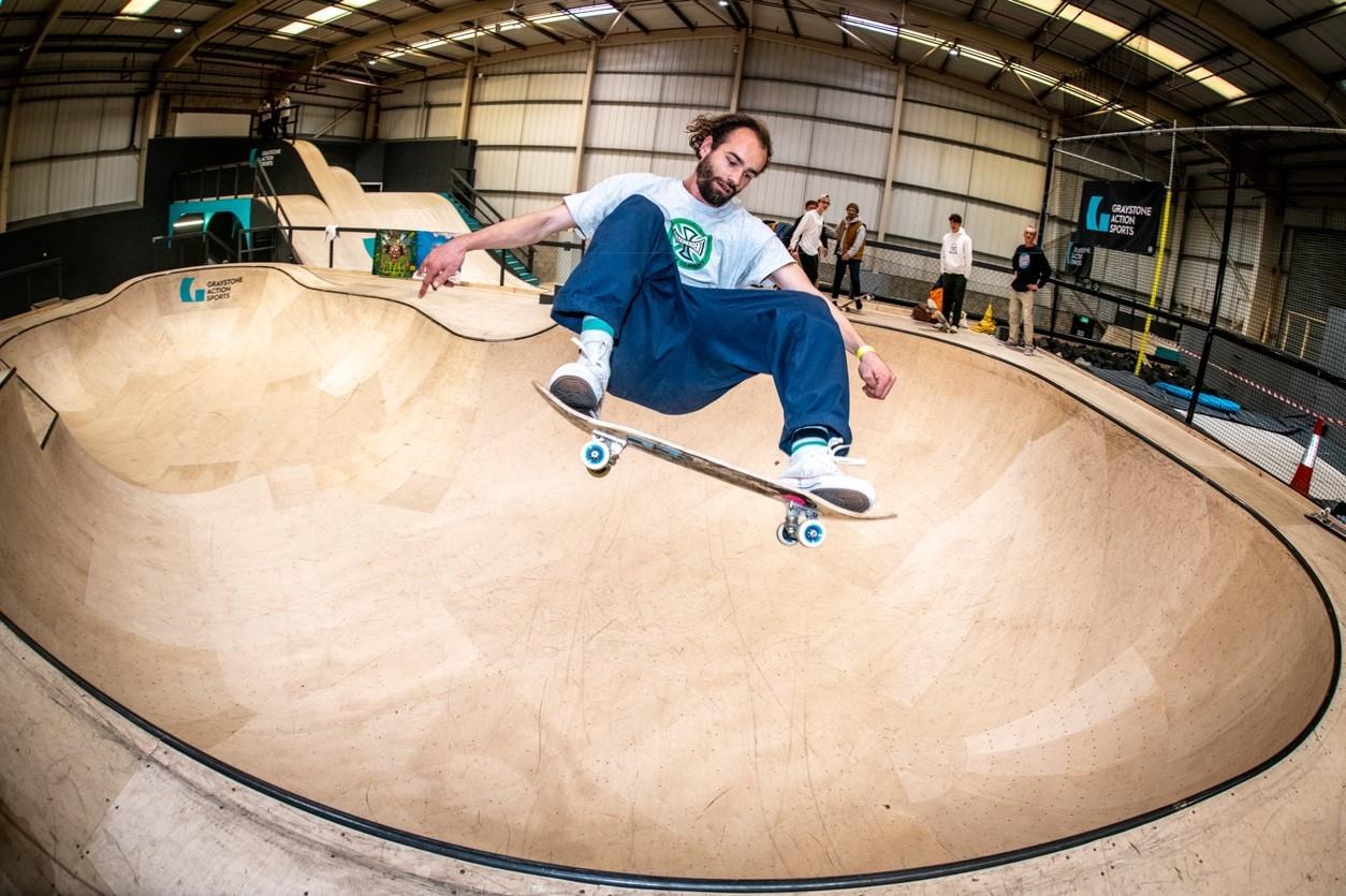 Skateboarding2 ()