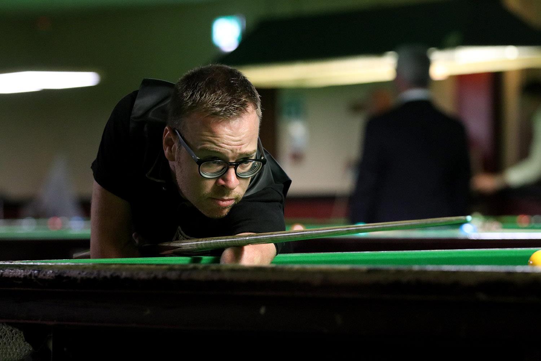 Man playing snooker ()