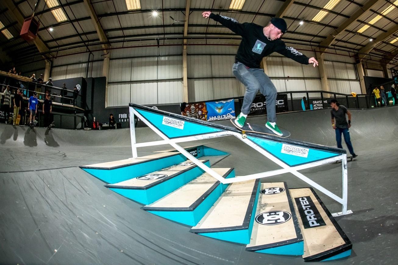 Skateboarding3 ()